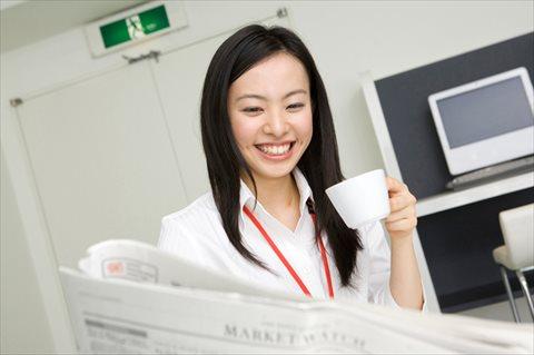 文系女子が英字新聞を読むシーン
